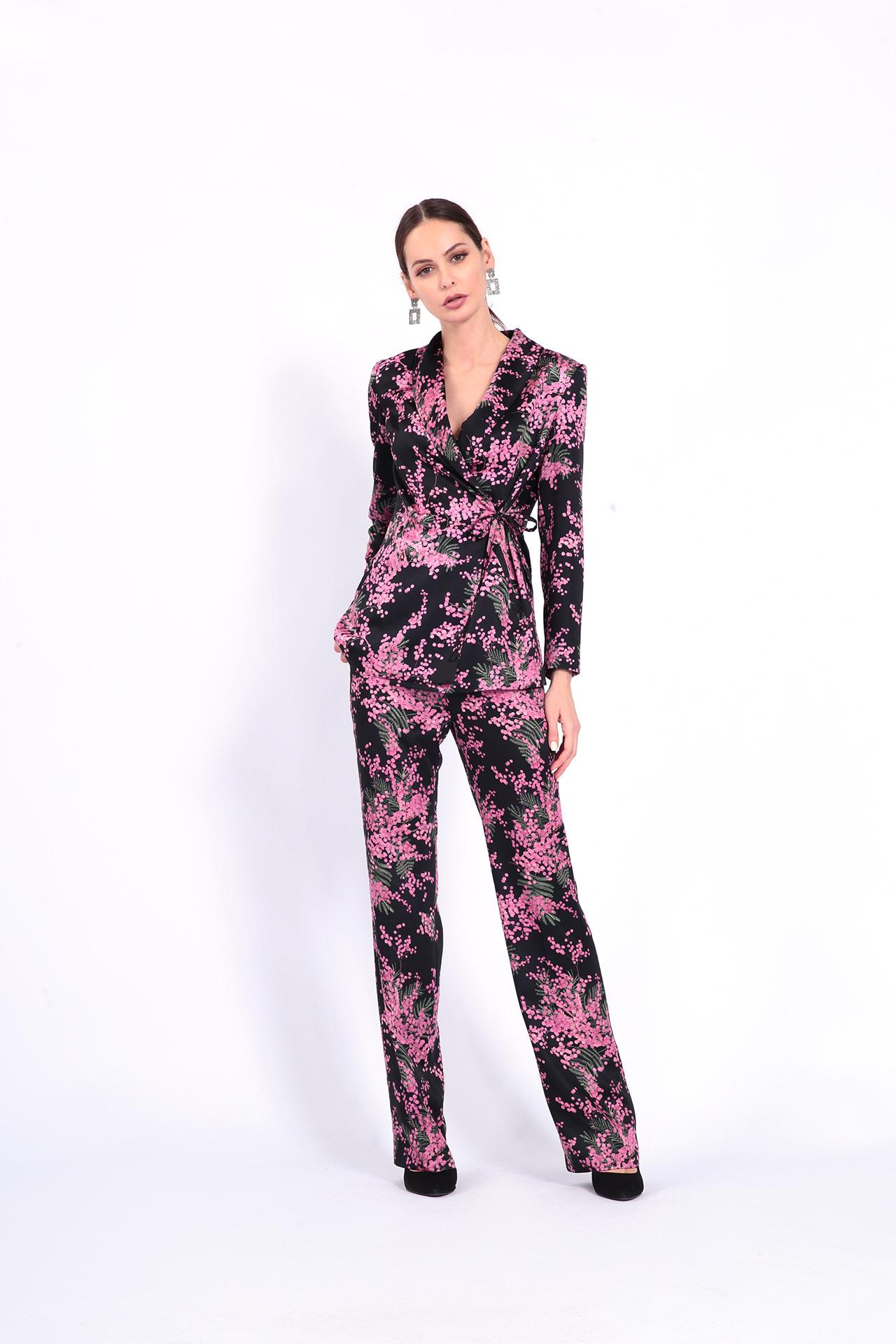 женский брючный костюм с ярким цветочным принтом