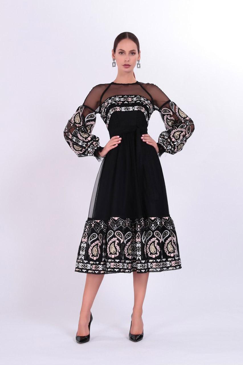 Платье средней длины с этновышивкой